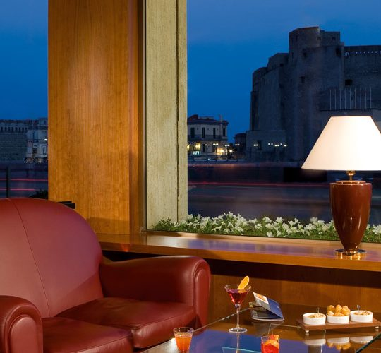 http://mediterraneolatino.it/wp-content/uploads/2015/12/hotel-con-piscina-napoli-royal-continental-540x500.jpg